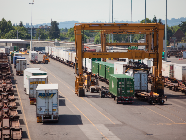 https://lowfreightrate.ca/wp-content/uploads/2015/09/intermodal-transport-lowfreightrate-3-640x480.png